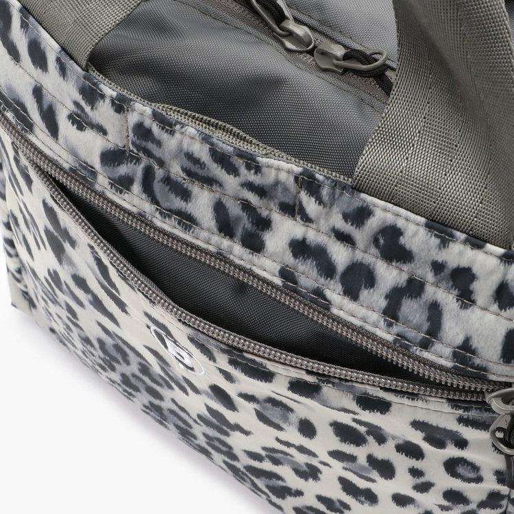 背面側のジップポケットにはやや嵩張るハンドタオルなども収納可能。