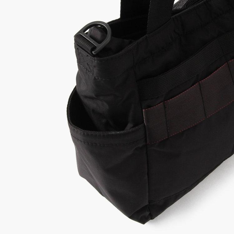 グローブなどの使用頻度の高いものからドリンクボトルなどまで収納可能な両サイドのオープンポケット。