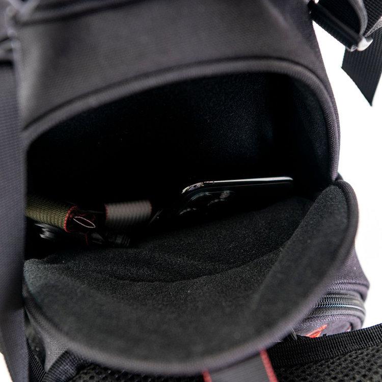 開口部をマグネットで留めるポケットは、開閉が容易で、使用頻度の高いアイテムの収納に便利。