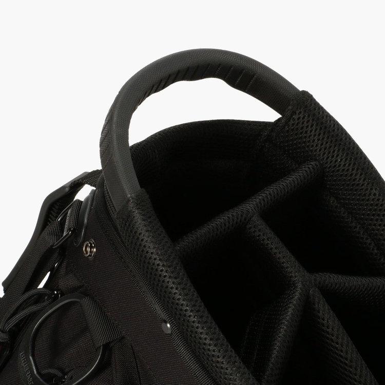 口枠部分に配したハンドルは握りやすさに配慮したBRIEFINGオリジナルの仕様