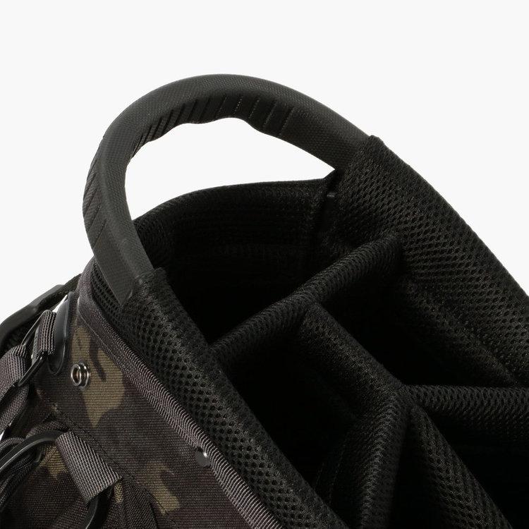 口枠部分に配したハンドルは握りやすさに配慮したBRIEFINGオリジナルの仕様。
