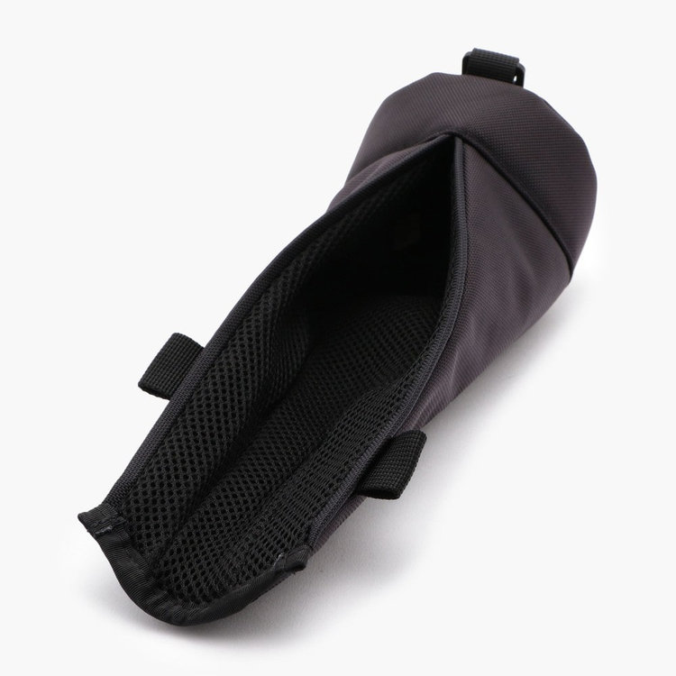 着脱のしやすさに配慮し、開口部はマグネット式を採用。内部にはクッション材を搭載し、クラブを衝撃から守ります。