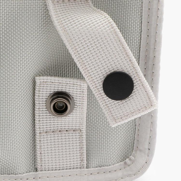 背面側に配したベルトは、スナップで開閉が可能。ベルトやキャディバッグなどに取り付けることが可能です。
