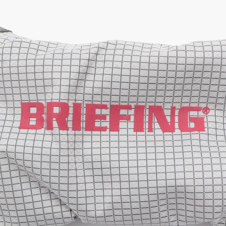 随所に配したロゴなどは刺繍ではなくリフレクタープリントを採用し、素材の撥水性を極限まで高めている。