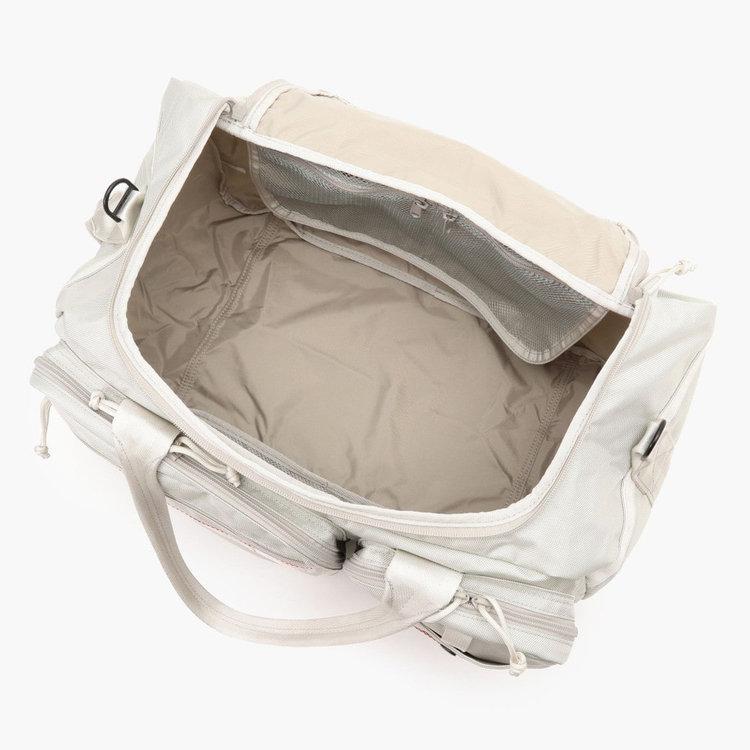 コの字型で大きく開く開口部は、中に入れた荷物が一目で見渡せるだけでなく、シューズなどの嵩張る荷物の出し入れも容易な構造に。