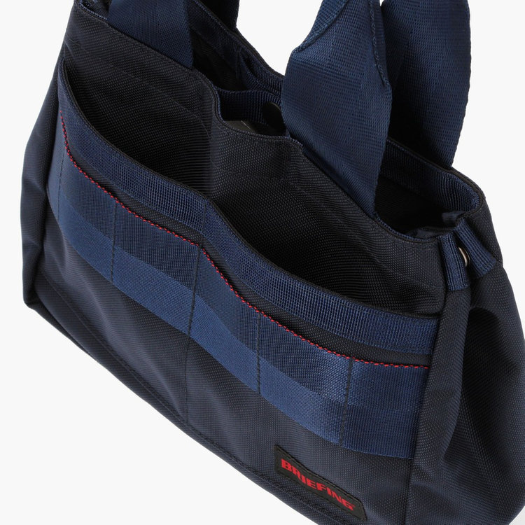 フロントにはスコアカードが入るほどのポケットを2つ搭載。スマホなどの収納にも便利。