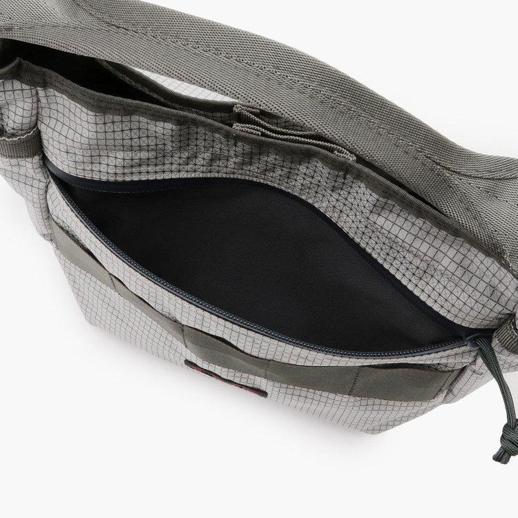 細々したアイテムを入れるのに便利なフロントのジップポケット。ジップを締めれば中身の飛び出しを防ぐ事も可能。