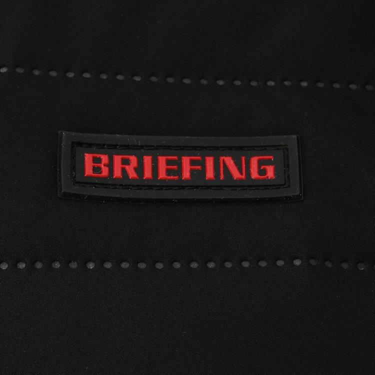 胸元に配したBRIEFINGロゴ入りのシリコンワッペンがさりげないアクセントに。