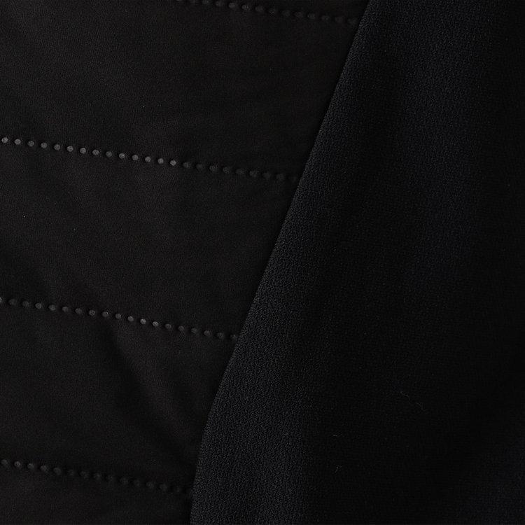 表地には高いストレッチ性を持つ素材を使用し、抜群の着心地。また、中綿には機能素材「ウォームアシスト」を用い暖かさが持続。