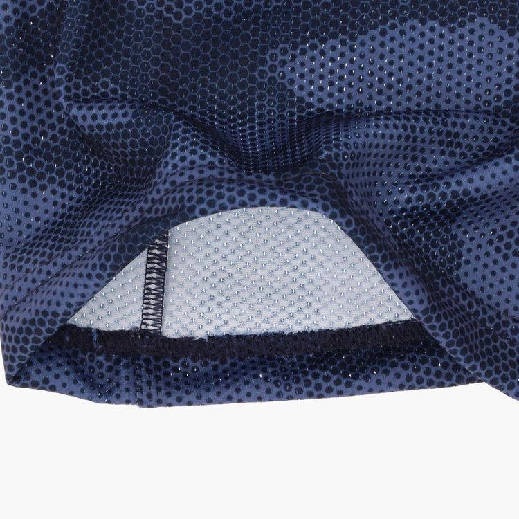 通気性に優れたメッシュ素材を使用した蒸れにくい仕様。
