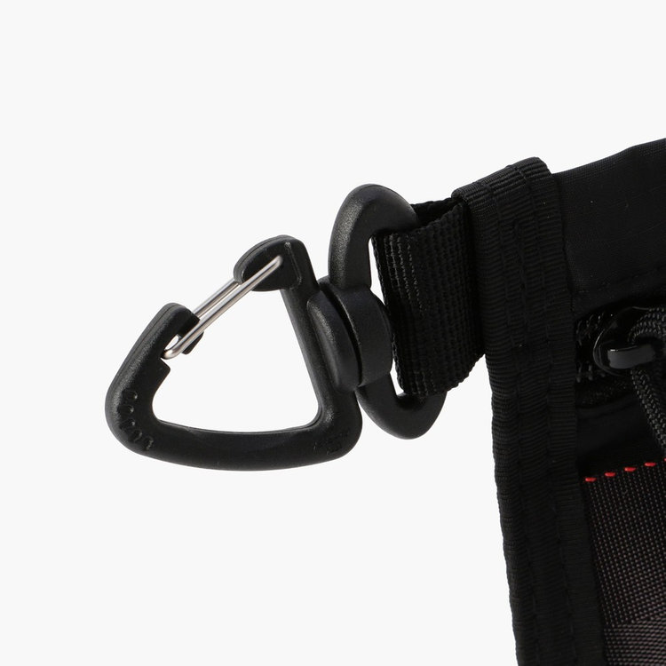 バッグやベルトループに装着する事ができるフックを搭載。