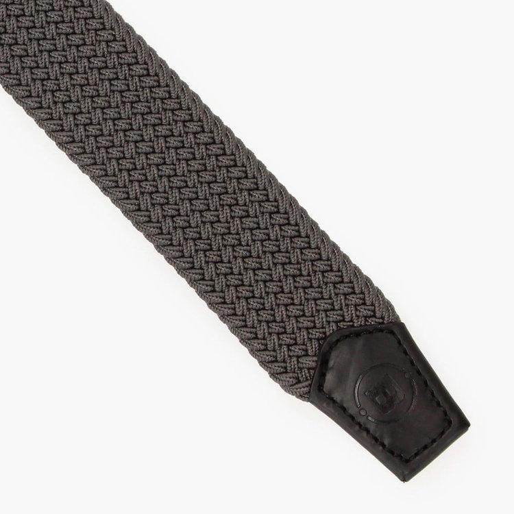 ベルトには伸縮性に富んだ素材を使用し、体の動きにあわせてフィットします。