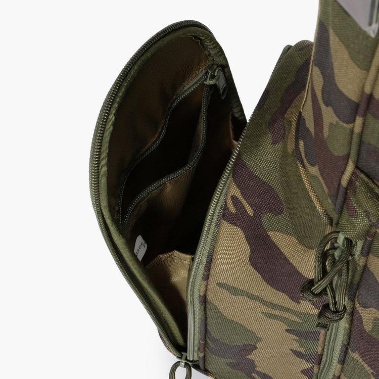 ポケット内部にはさらにジップポケットを完備し、収納性能を高めている。