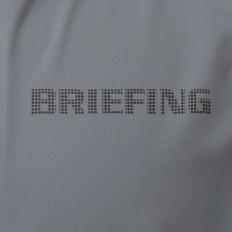胸元に配したBRIEFINGロゴがさりげないアクセントに。