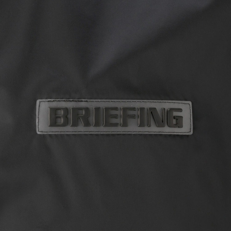 胸元にあしらったBRIEFINGロゴのワッペンがさりげないアクセントに。