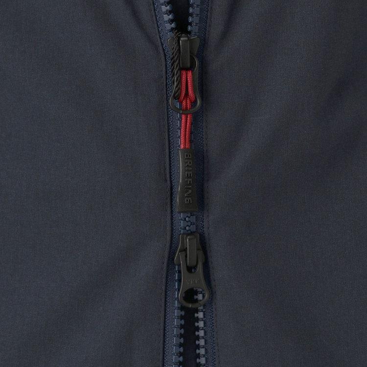フロントはダブルジップ仕様で、引き手はBRIEFINGオリジナルデザインの物を使用。
