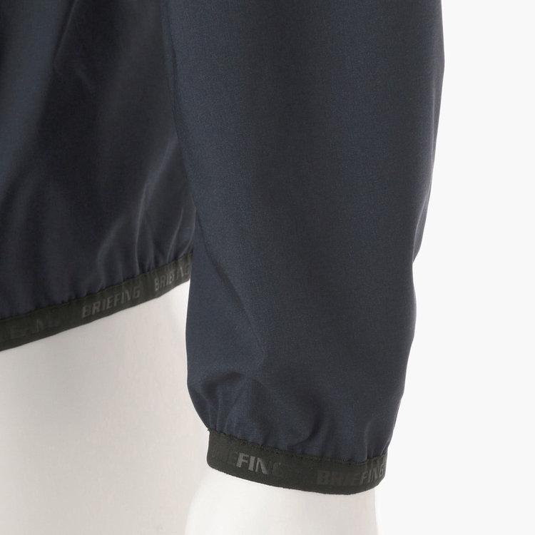 袖口、裾部分にBRIEFINGロゴ入りのパイピングをあしらった技ありのデザイン。