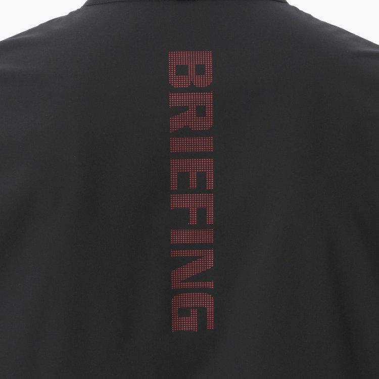 背面にあしらったBRIEFINGロゴと背中の切り替えが特徴的。背中の切り替えはデザイン性だけでなく、体の動きに配慮したカッティングになっている。