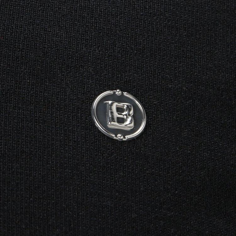元に配したBマークのメタリックロゴがさりげないアクセントに。