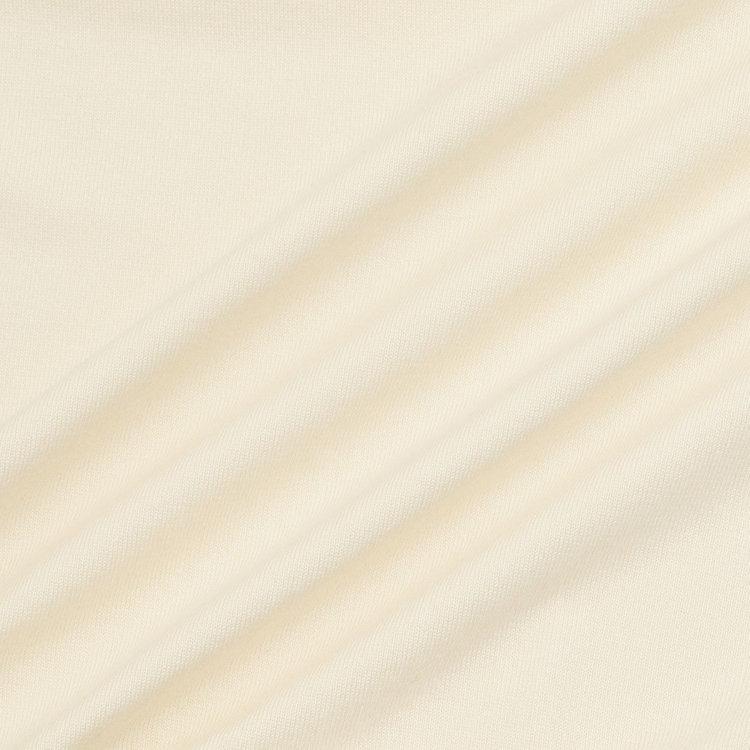 比較的手入れが容易なウォッシャブルシルク混の素材をメインに使用。シルクは通気性や保温性、紫外線カット機能を持ち、ラウンドに最適。
