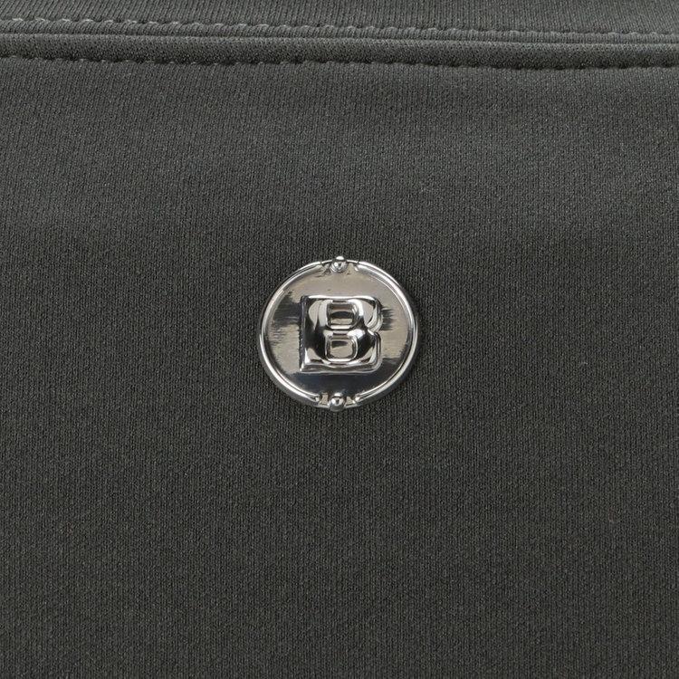 背面首元にあしらったBマークのメタリックロゴがさりげないアクセントに。