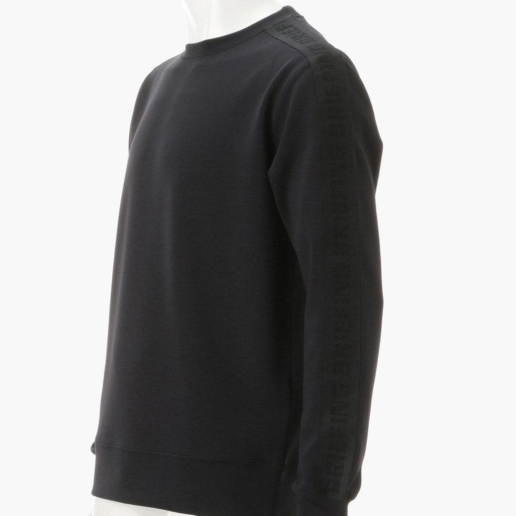 袖部分ににはメッシュの編みで表現したBRIEFINGロゴ柄のテープをあしらい、上品ながら存在感ある仕上がり。