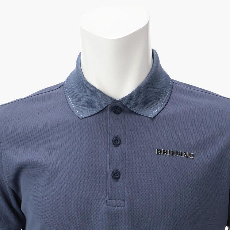 襟に配した配色のステッチ、胸元のメタリックロゴがさりげないアクセントに。