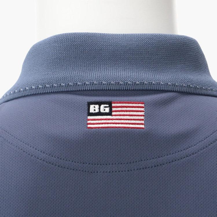 背面に星条旗モチーフの刺繍を配した、バックスタイルもぬかりない仕上がり。