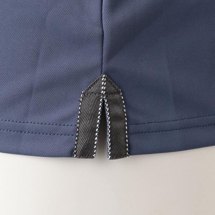 両脇に配したスリットには、テープに配色のステッチをあしらい、タックアウトで着用した際のさりげないアクセントに。