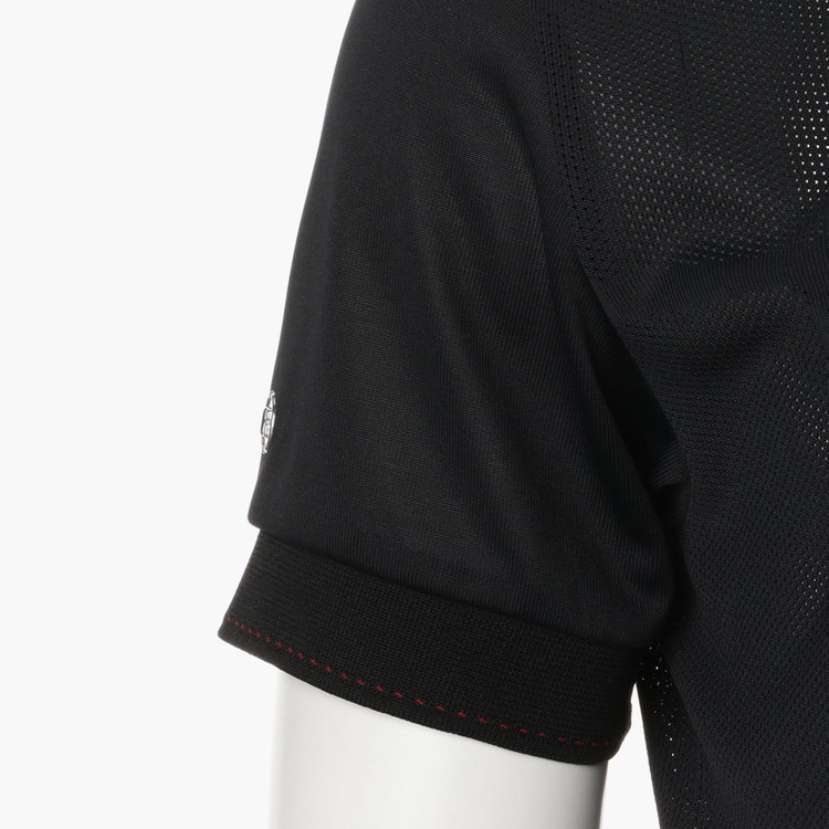 襟や袖口部分に配色のステッチをあしらい、さりげないアクセントに。