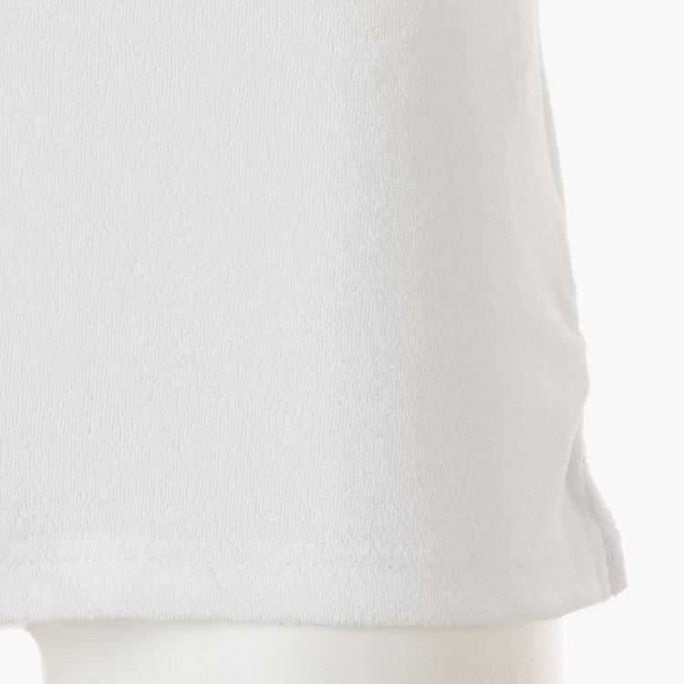 裾両脇にはスリットを配し、タックアウト時もバランスが取りやすいデザインに。