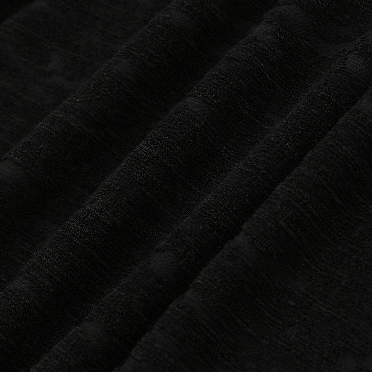 柔らかな肌当たりが魅力のパイル地を使用。毛足の凹凸のみでカモフラ柄を表現し、上品さを演出。