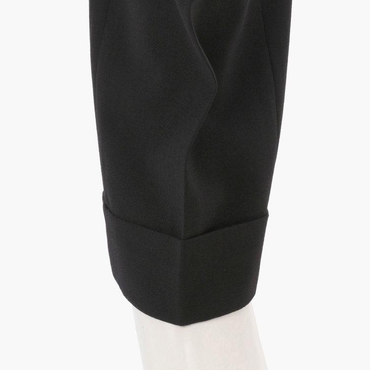 カジュアルさをプラスするダブル仕上げの裾。