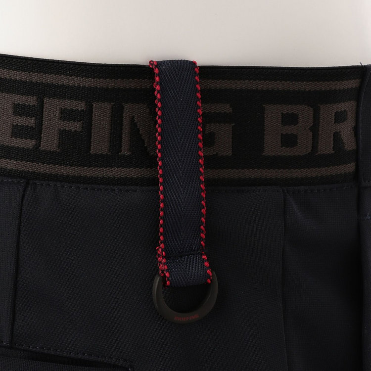 ウエストベルト背面側はBRIEFINGロゴを配したゴムベルトを配し、タックインした際のアクセントになるだけでなく、フィット感も高めている