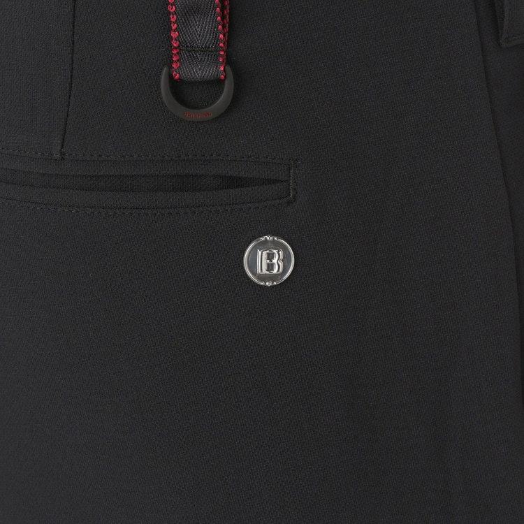 バックポケットに配したBマークのメタリックロゴがさりげないアクセントに。