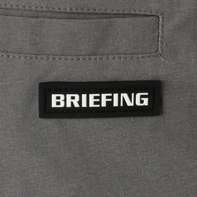 バックポケットにはBRIEFINGロゴを配したシリコンワッペンをあしらい、さりげないアクセントに。