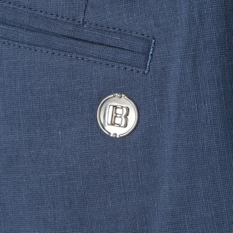 背面側ポケットに配したBマークのメタリックロゴがさりげないアクセントに。