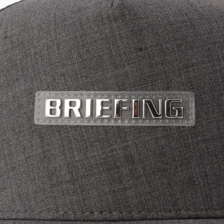 BRIEFINGロゴをあしらったワッペンがさりげないアクセントに。