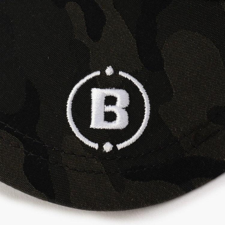 ツバ部分にあしらったBマークロゴ。