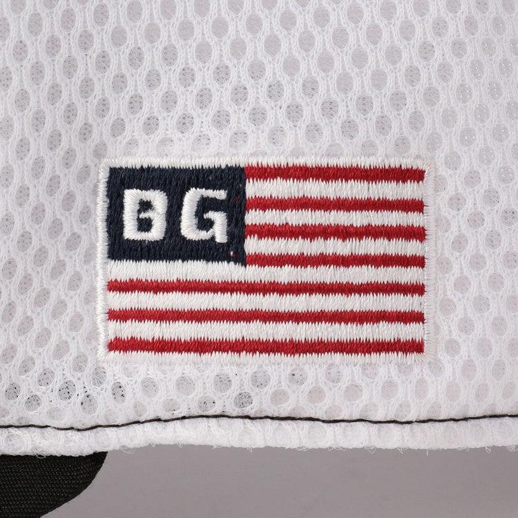 サイドには星条旗モチーフの刺繍を配し、さりげないアクセントに。