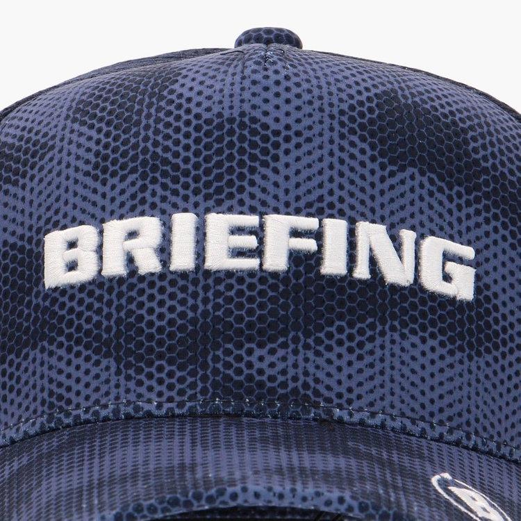 フロントパネルに配したBRIEFINGロゴはプリントではなく刺繍で表現。