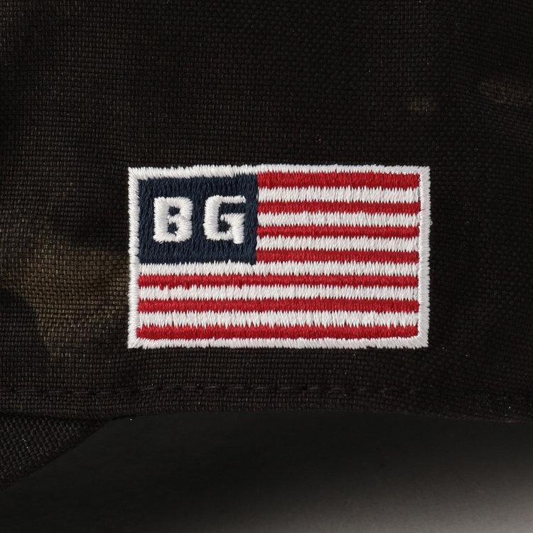 左サイドには星条旗モチーフの刺繍を配し、さりげないアクセントに。
