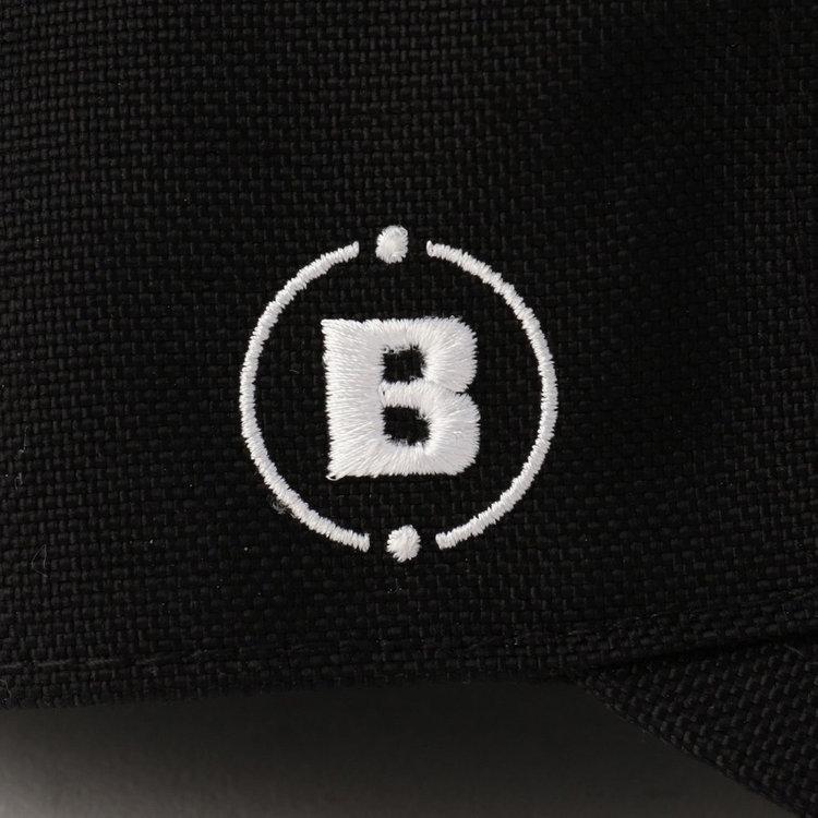 右サイド部分に配したBマークの刺繍。