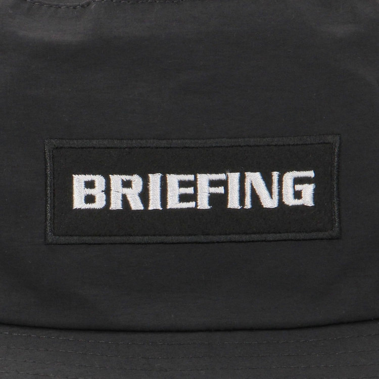 フロントにはBRIEFINGロゴ刺繍をあしらったワッペンを配し、さりげないアクセントに。