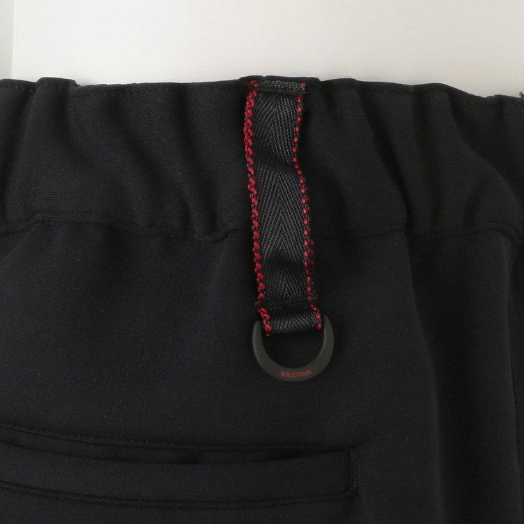背面側のベルトループに配色のステッチとDカンをあしらい、さりげないアクセントに。Dカンには鍵なども装着可能。