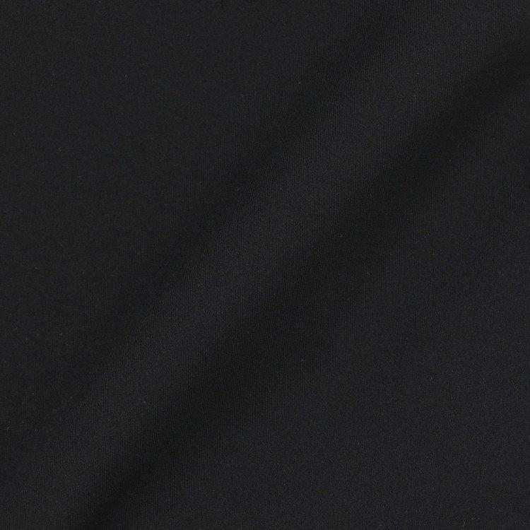 非常に軽量でシワになりにくく、ストレッチ性に富んだアクアスーティングジャージをメイン素材に採用。
