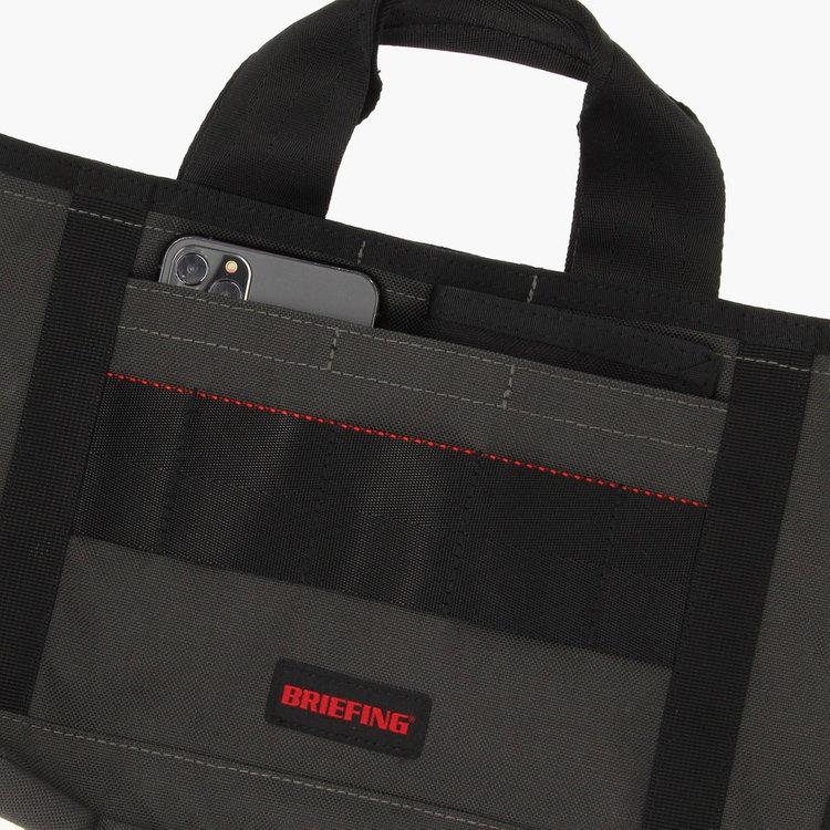 フロントポケットは使用頻度の高いスマホなどの小物類やスコアカードなどを収納するのに便利。