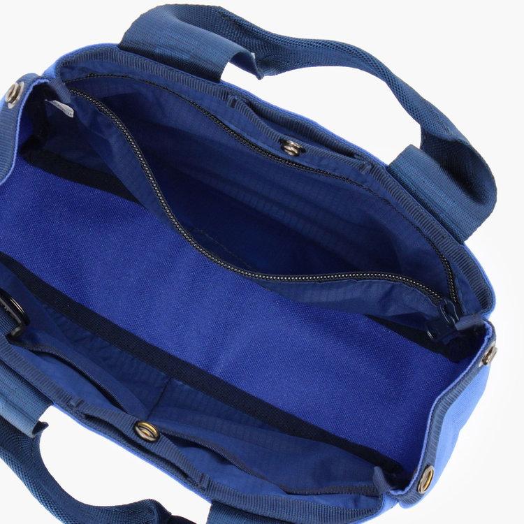 内部にはジップポケットひとつとポケット2つ、着脱式のキーホルダーを完備。