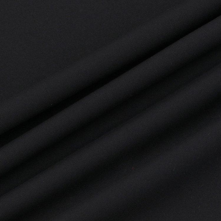 フルダルの原料をハイゲージなベア天竺組織で編み立てたファブリックをメインに使用。薄手ながら、透けにくく体の動きを妨げないストレッチ性を持つ。