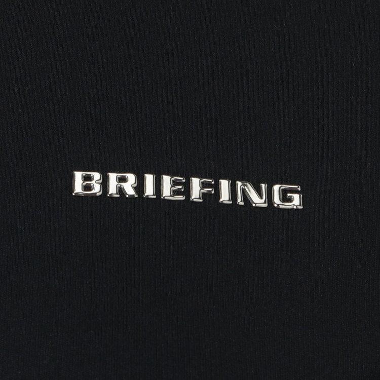 胸元に配したBRIEFINGのメタリックロゴがさりげないアクセントに。